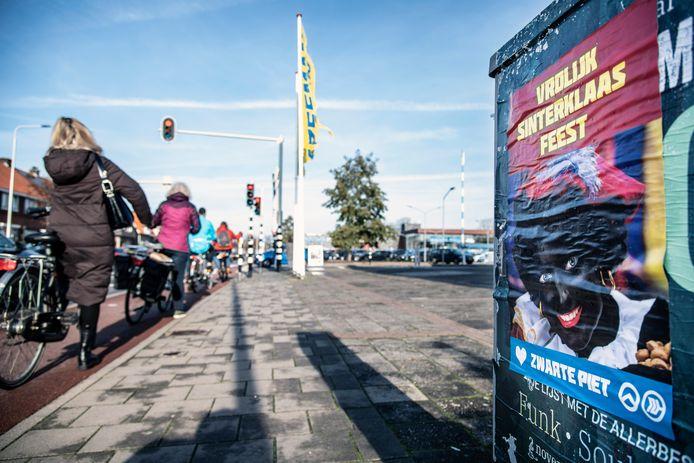 Een poster van Nijmegen Rechtsaf bij het winkelplein met Zeeman en Albert Heijn aan de Sint Jacobslaan.