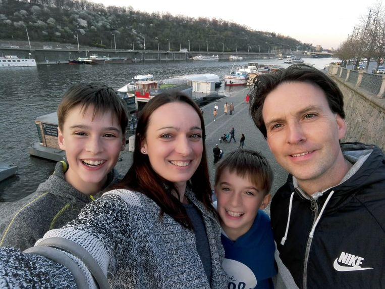 Philippe Deswarte (44) en zijn gezin in Praag, Tsjechië. Beeld RV