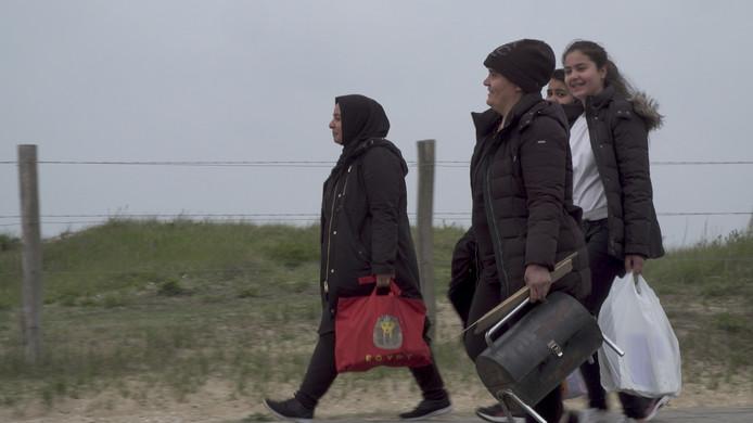 Karama (met muts) met schoonzus en dochters uit de documentaire over Plan Einstein in Utrecht.  Pijnlijk is de scene waarin de vrouw de afwijzing op haar vergunningaanvraag onder ogen krijgt.