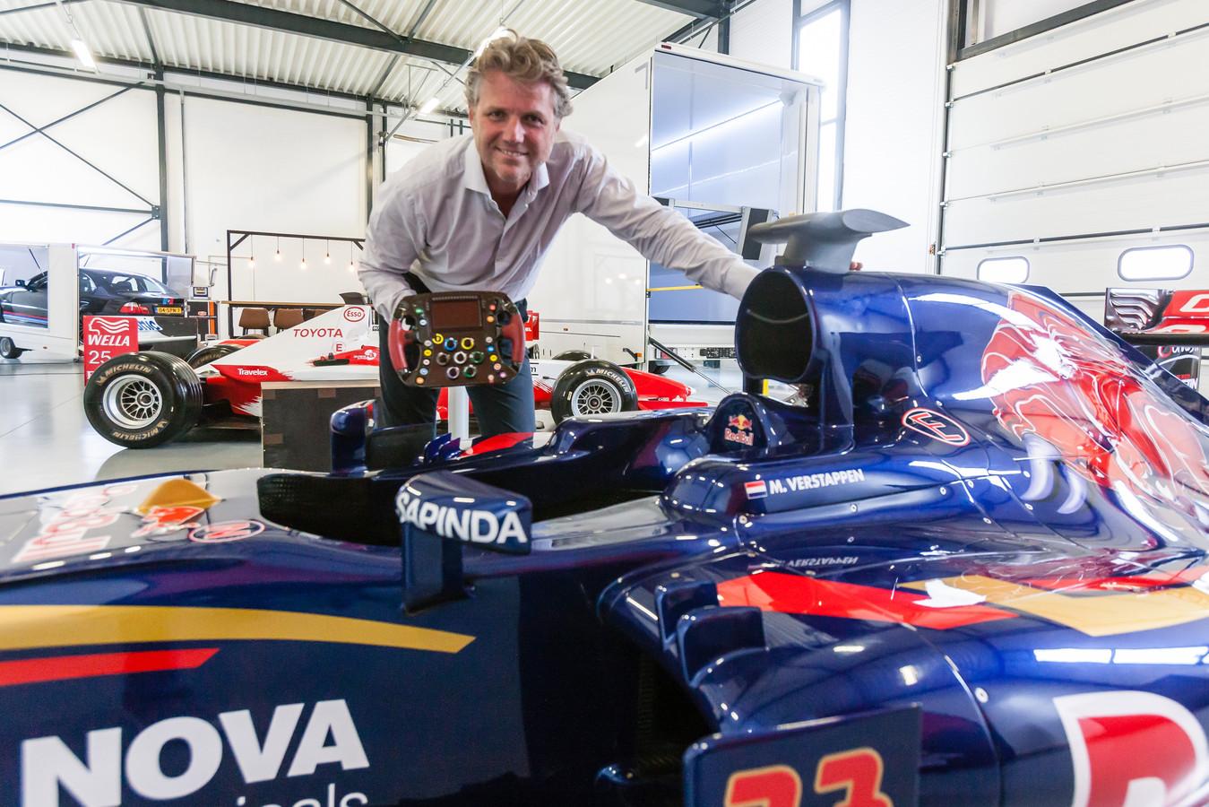 Foto Gerrit Boer Hoogeveen: Ron Reinders is in bezit van Toro Rosso F! auto van Max Verstappen Gerrit Boer Ron Reinders Max