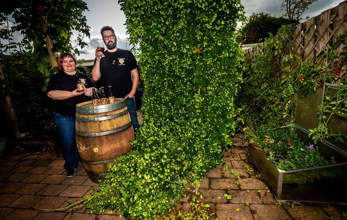 Rien en Eline Polak op de plek waar Ebontree is begonnen, in hun tuin. In de rubriek Biertje? bezoekt verslaggever Anton Slotboom elke week een bierbrouwer in deze regio.