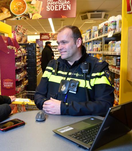 Spreekuur in supermarkt is een succes voor wijkagent Tonny: 'Het werkt drempelverlagend'