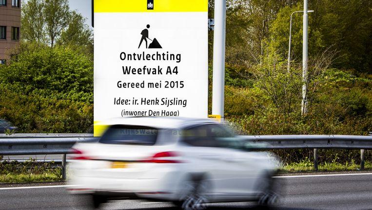 Het verkeersbord aan de A4 bij Ypenburg met de naam van Sijsling. Beeld Freek van den Bergh