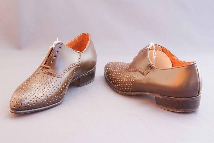 De nieuwe schoenen voor de collectie van museum Eperon d'Or.