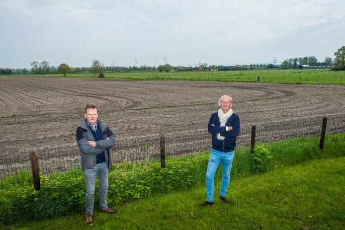 De windmolens en de contouren van bedrijventerrein H2O zijn al een doorn in het oog. Nog meer bebouwing op het laatste stukje groen van Hattemerbroek zien Ton ter Huurne (l) en Rick Steenbergen (beiden Belangenvereniging Hattemerbroek) niet zitten.
