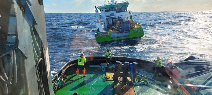 Beeld van het wegslepen van de dure groene serviceboot die de Eemslift Hendrika eerder was verloren.