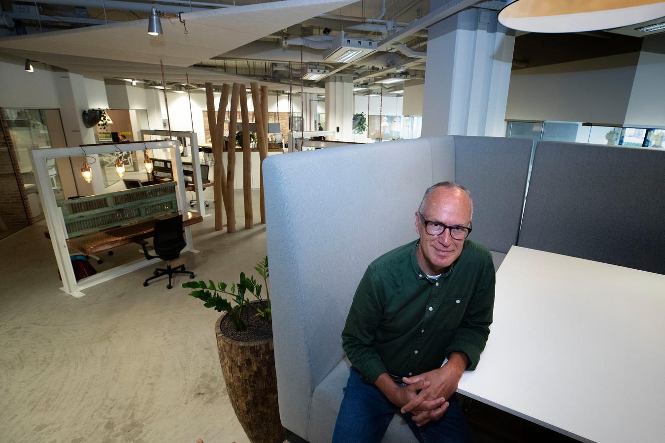 Bart Moret van Stichting ANDERS in het nieuwe onderkomen in het Videolab aan de Torenallee op Strijp-S.