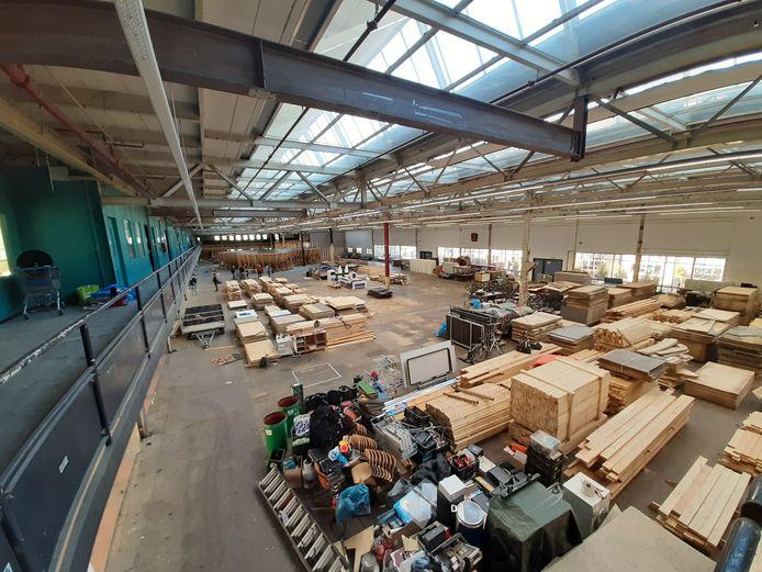 De skate- en BMX-baan van Area 51 op Strijp-S in Eindhoven is veranderd in een groot aantal stapels hout. Na de verbouwing worden die hergebruikt voor de met de gebruikers ontworpen nieuwe baan.