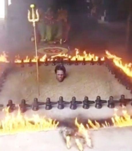 Enterré jusqu'au cou, un prêtre accomplit un rituel pour éradiquer le Covid-19