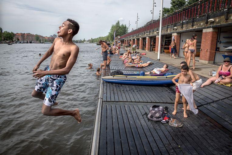 Of spring in het water bij de Berlagebrug. Beeld Rink Hof