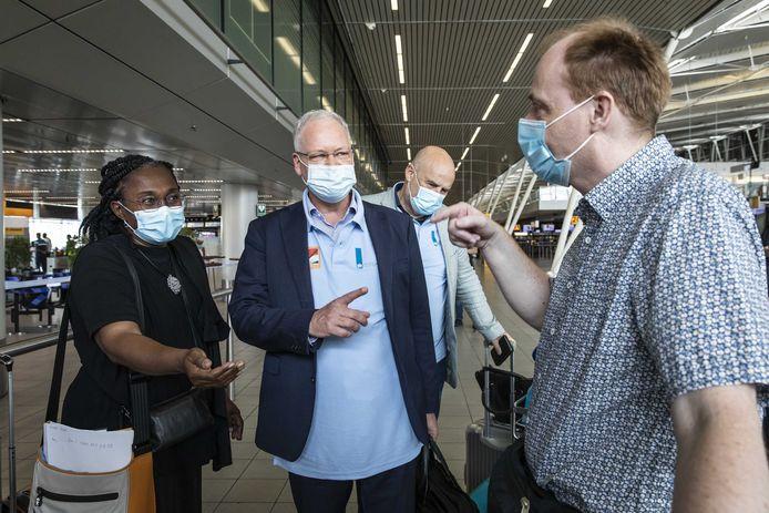 De speciaal gezant en voormalig directeur-generaal van het RIVM Marc Sprenger (M) voor vertrek vanaf luchthaven Schiphol.