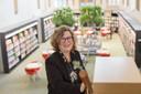 Manager Barbara Deuss in de bibliotheek in de Broederenkerk.