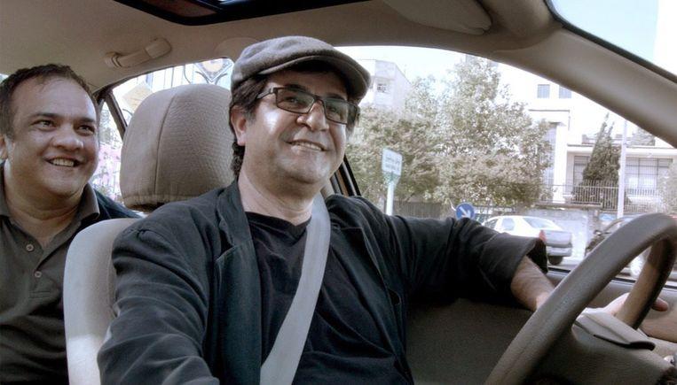 Still uit de film Taxi met chauffeur en regisseur Jafar Panahi. Beeld .