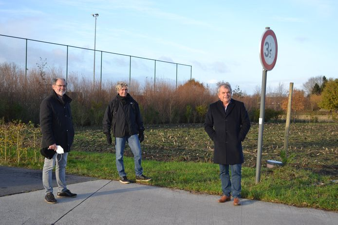 Schepenen Hugo Coene en Carlos Bonamie, samen met burgemeester Franki Van de Moere op de plaats waar de extra parking komt.