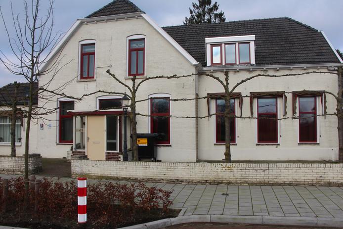 Voormalig hotel Burgers Inn in Haarlo zit 'op slot' na ingrijpen in opdracht van burgemeester Joost van Oostrum.