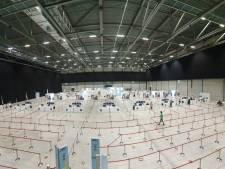 Voor het 'grote prikwerk': de XL-vaccinatiehal Breda, de eerste prikken zijn gezet