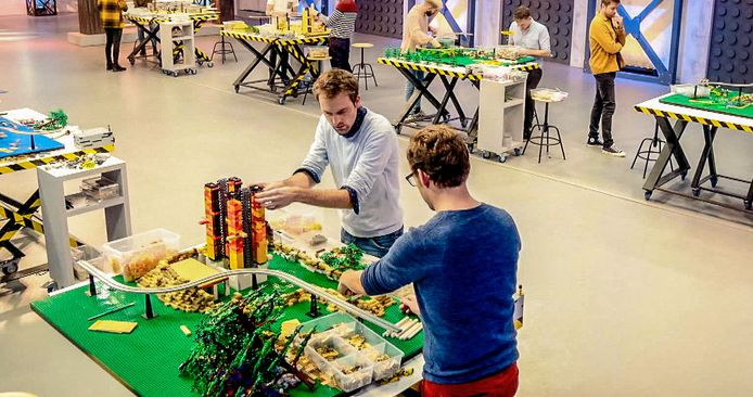 Thomas (links) en Roy volop aan de slag in LEGO Masters.