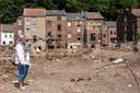 """Christiane Slusé (69 ans), devant la maison balayée de sa mère disparue dans l'eau à Pepinster. """"Pas un seul mur n'est encore debout. Et à part les briques, il n'y a presque plus rien. Pas même une photo. Tous les souvenirs semblent avoir disparu en un seul jour."""""""