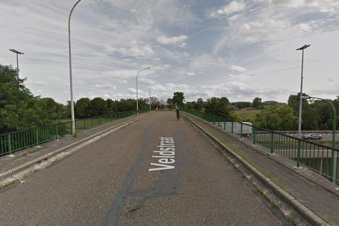 De brug aan de Veldstraat, die over de E17 in Kruibeke gaat, wordt gerenoveerd.
