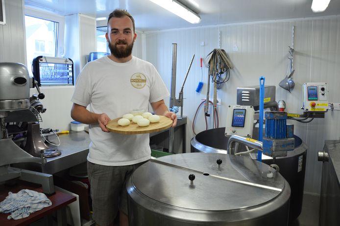 Laurens De Middeleer maakt Vlaamse schapenplattekaas.