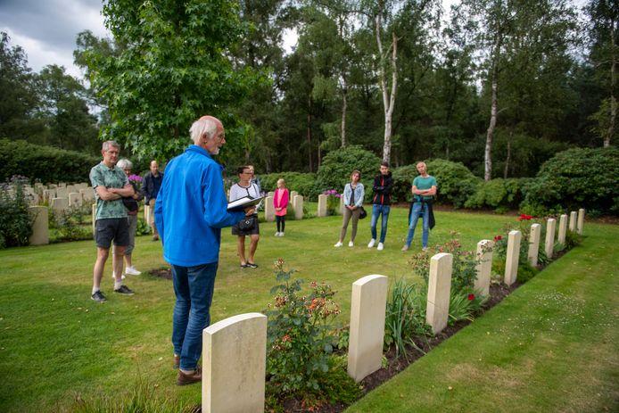 Gidsen als Hans Stam kunnen eindelijk weer rondleidingen geven op de Canadese Begraafplaats in Holten.