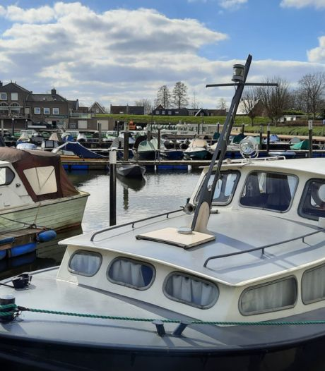 Steekvlam door explosie op boot in de Biesbosch, twee opvarenden met brandwonden naar het ziekenhuis
