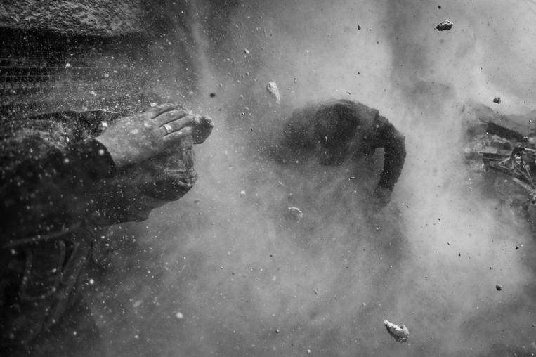 Eerste Prijs Hard Nieuws<br /><br />Syrische strijders zoeken denken als een tankgranaat inslaat bij hun positie. Een van de mannen in de groep raakt dodelijk gewond. Beeld Goran Tomasevic