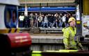 Reiziger op station Leiden wanen zich deze weken als haringen in een ton