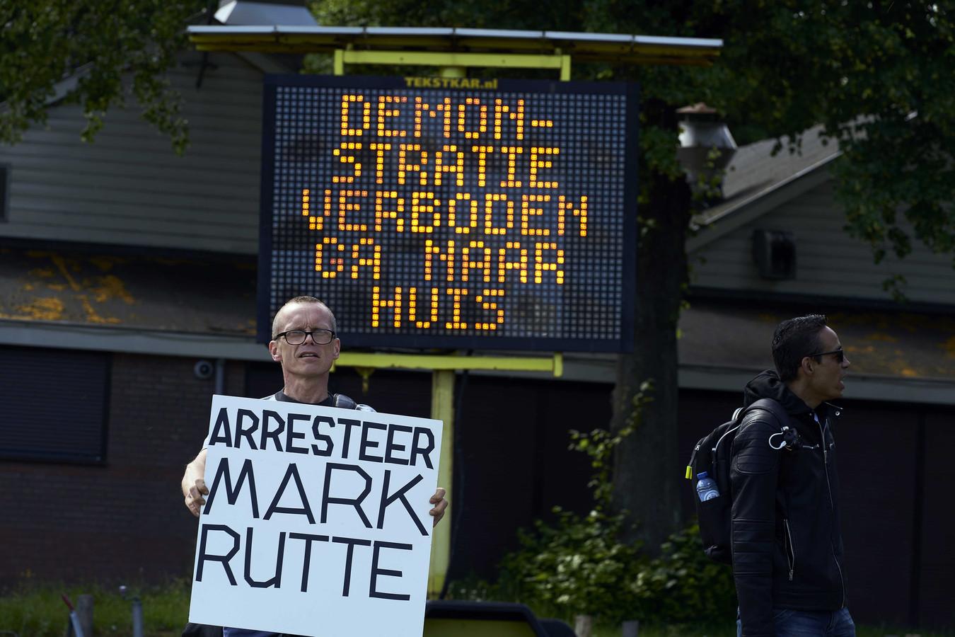 Demonstranten tijdens een verboden demonstratie van Viruswaanzin op het Malieveld die is gericht op de coronamaatregelen van het kabinet.