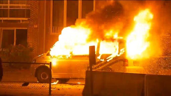 De hooligans staken die bewuste 30 april een politiecombi in brand. Die ging volledig in vlammen op.