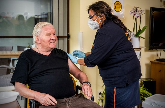 Verpleeghuisbewoner Cor Jockman van de Zilverlinde van Humanitas kreeg verleden week als een van de eerste een vaccinatie tegen corona.