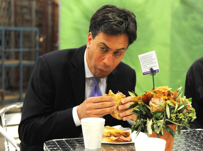 Het geworstel van Ed Miliband met het broodje. Beeld Hollandse Hoogte