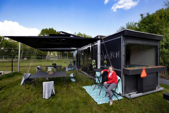 Krista Werker bij haar Tiny Restaurant dat nu als overdekt terras dienst doet voor horecaondernemers zonder eigen terras.