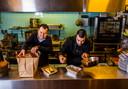 """Reinbert Sneep (links) met een van zijn koks in de keuken van restaurant Destino: ,,Sinds de lockdown zijn we speciale afhaalmenu's gaan samenstellen. De vegetarische variant moet je ook proberen, daar zijn we juist zo trots op."""""""