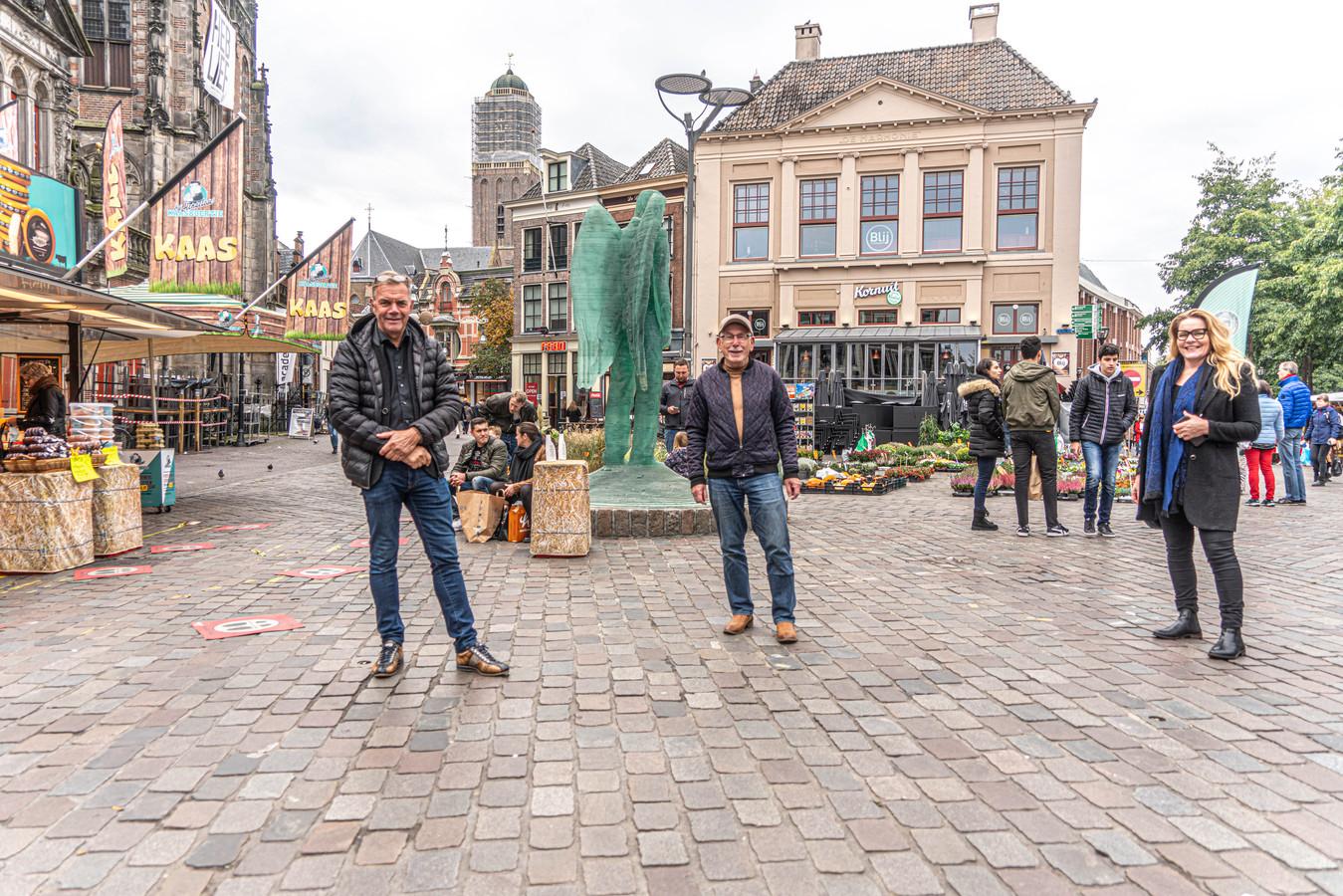 Ype Bosma, Theo Runhaar en Aukje Grouwstra op de Grote Markt in Zwolle.
