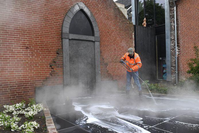 Cuijk: 17-05-2021; DG_Foto. Het Joods Monument dat gisteren met verf werd beklad is weer schoon. Marc Driessens van de Gevelmeesters heeft het monument met hoge druk weer schoen gekregen.