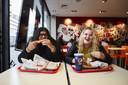 Nutan en Romy genieten bij de KFC in Rotterdam. 'We houden gewoon van kip.'