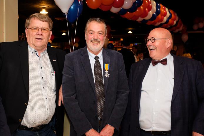 Ridder Martin Honders (71) uit Heinenoord staat in het midden.