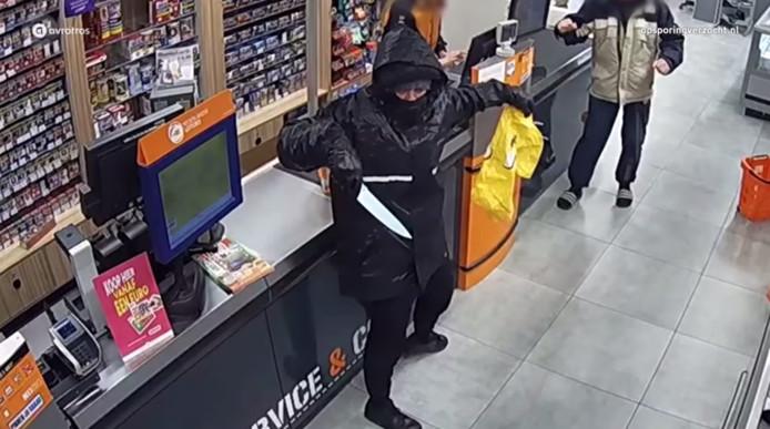 Still uit Opsporing Verzocht van de gewelddadige overval op een supermarkt van Coop in Ridderkerk