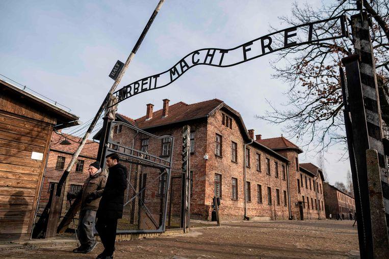 """""""Arbeit macht frei"""": het beruchte motto boven de toegangspoort."""