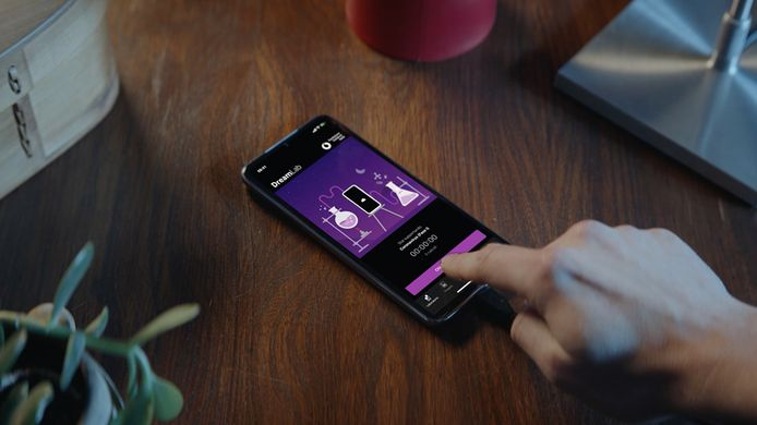 Vodafone lanceert maandag een nieuwe app voor corona-onderzoek. Wie de app downloadt en zijn mobiel 's nachts aan de oplader legt, geeft toestemming aan onderzoeksinstituten om het ding als een computer te gebruiken.