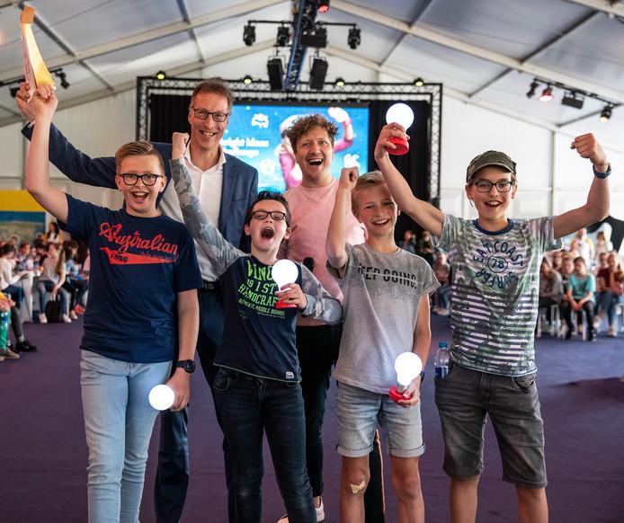 Het winnende team van de Groen van Prinstererschool in Kampen met in het midden tv-presentator Klaas van Kruistum.