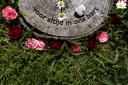 De gedenkschijven verklappen dat Schoorsveld een natuurbegraafplaats is.