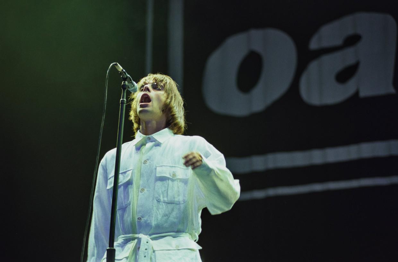Liam Gallagher op 10 augustus 1996, tijdens een van de twee legendarische concerten van Oasis in Knebworth. Beeld Getty Images