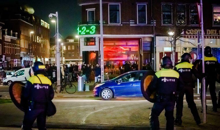 Een grote groep relschoppers staat tegenover de politie op de Beijerlandselaan in Rotterdam. Beeld ANP