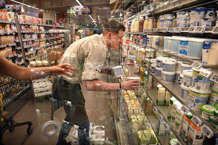 Bij  de plaatselijke Plus-supermarkt is de Griekse yoghurt nauwelijks aan te slepen. Beeld Marcel van den Bergh / de Volkskrant