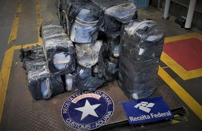 De zwarte sportzakken met drugs zaten in een container met triplex.