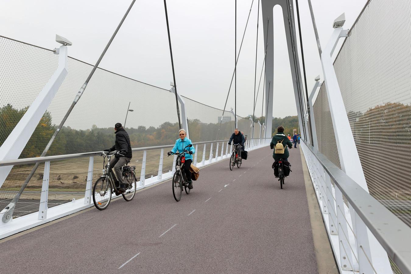 De eerste fietsers rijden over de nieuwe fietsbrug Tegenbosch over de A2.