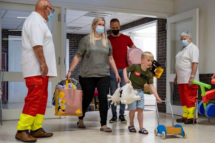 Marcel kwam samen met zijn ouders heel wat spullen brengen. De zesjarige gaf zelfs een deel van zijn speelgoed weg.