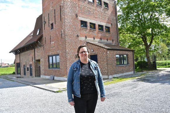 Katleen Defever voert met plezier wat aanpassingswerken uit in Het Rokken, want het belangrijkste is dat de zomerkampen groen licht kregen.